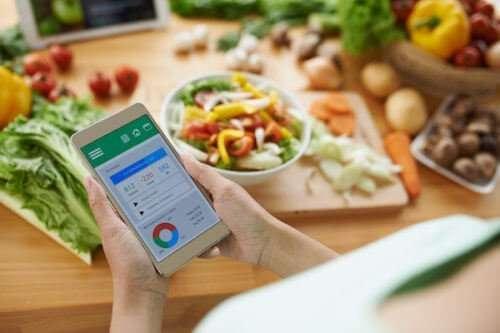Mujer viendo nutrición en celular
